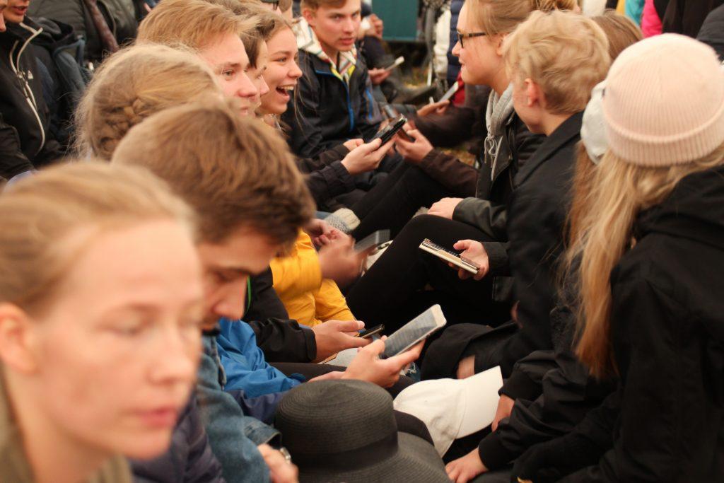nuoret laulavat suviseuroissa