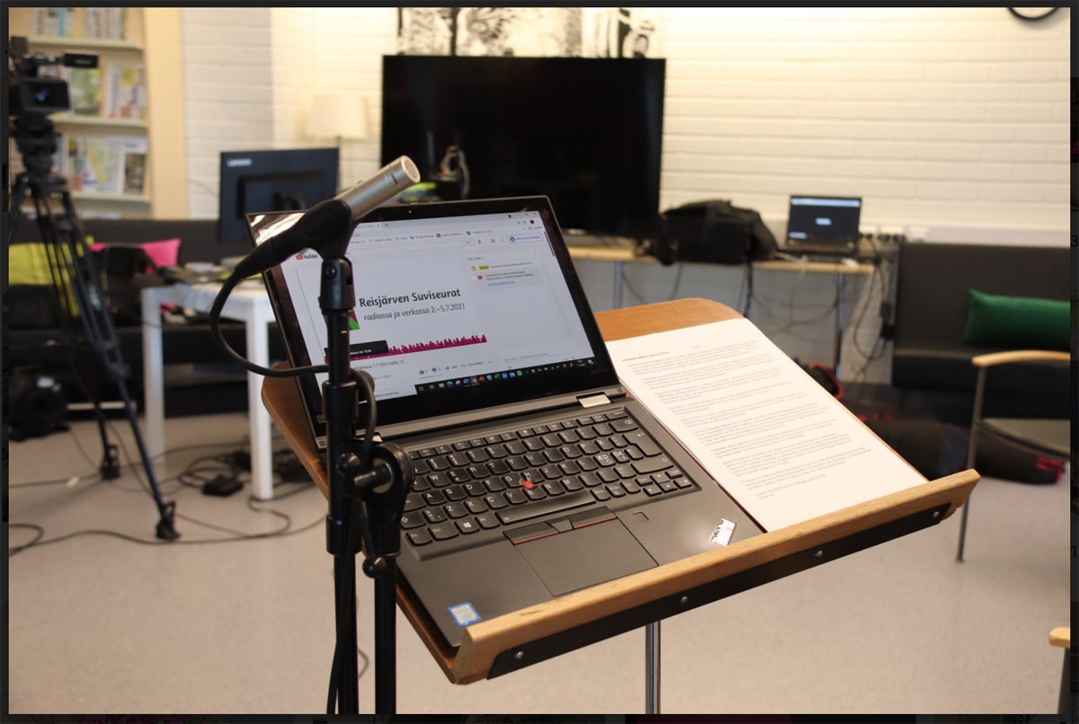 tietokone ja mikrofoni radion tekoa varten