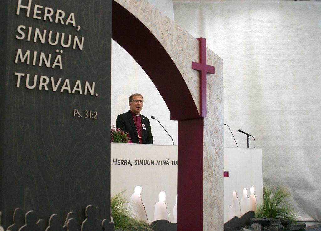Piispa Jukka Keskitalo Suviseurojen avajaisissa